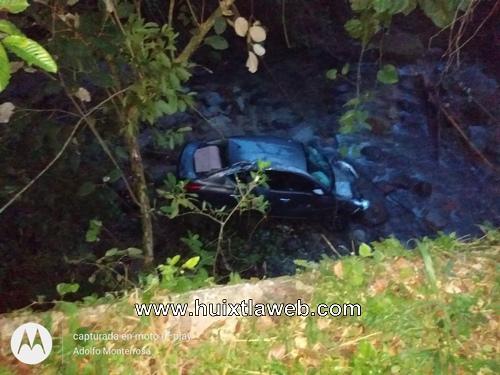 Auto cayó del puente al río en Tuzantán