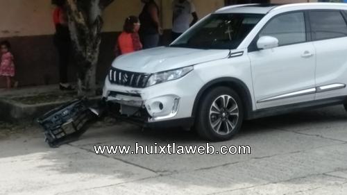 Ebrios motociclistas chocan contra camioneta de maestro