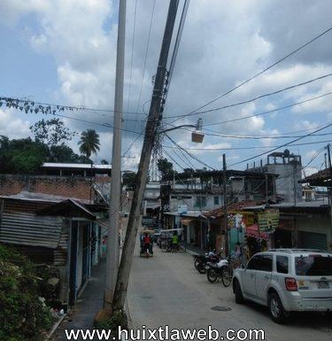 Temen por poste de la CFE a punto de caer en calle de Huixtla