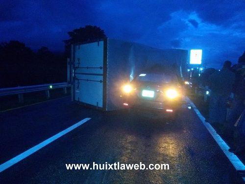Camión cargado de zapatos choca contra automóvil Villa – Escuintla