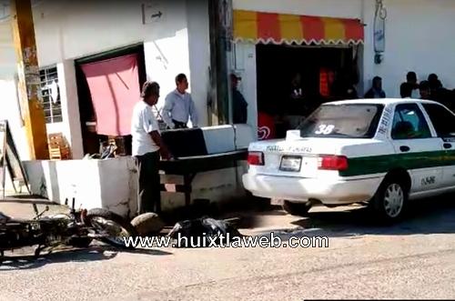 Taxi choca contra motocicleta en Huixtla