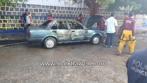 Se incendia vehículo frente a la iglesia de Huixtla