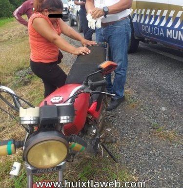 Dos lesionados al estallar llanta delantera de la moto