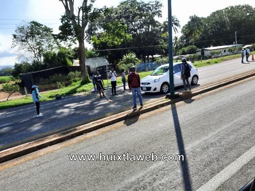 Normalistas de Huehuetán realizan boteo en la costera