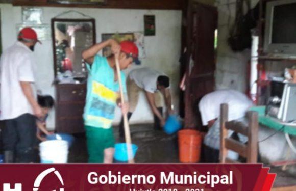 Protección civil apoya a familia por inundación dentro de su hogar