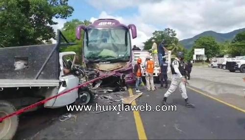 Dos muertos al chocar ADO, en Pijijiapan
