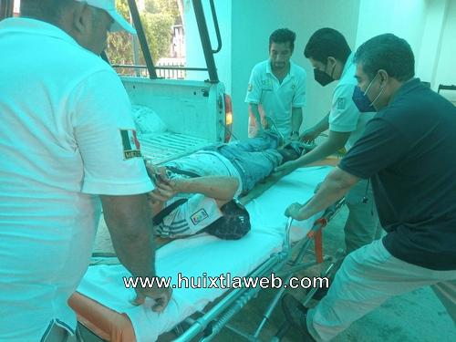 Dos lesionados al derrapar la moto en Tuzantán