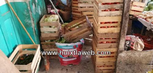 Comerciantes del mercado de Huixtla, tapan pasillos