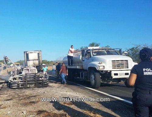 Se incendia tracto camión cargado de aguacates, Pijijiapan Tonalá