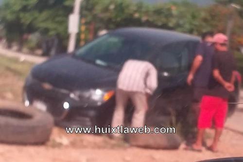 Carro resulta dañado al caer en una alcantarilla, en Huixtla