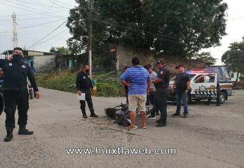Menor motociclista choca contra camioneta