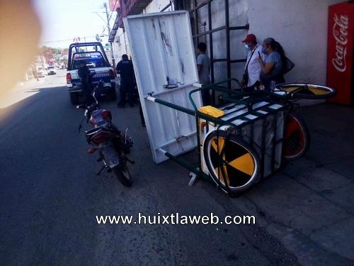 Motociclista choca contra triciclo, sé lesiona dama