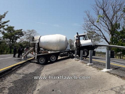 Dos lesionados al accidentarse revolvedora, Huixtla Villa Comaltitlán