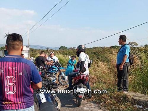 Se lesiona motociclista al derrapar en la curva del diablo