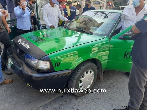 Taxi comaltitleco choca contra triciclo en Huixtla