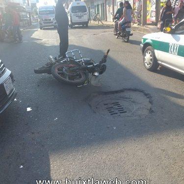 Dos motociclistas lesionados al chocar contra un auto en Huixtla