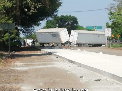 Tráiler se accidenta carretera Huixtla a Villa Comaltitlán