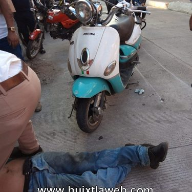 Frente al parque se accidenta motociclista