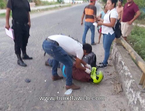 Por librar bache motociclista se lesiona, puente milenio
