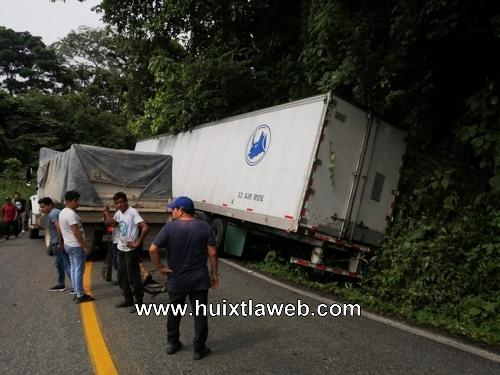 Tráiler cae en una cuneta carretera Huixtla a Motozintla