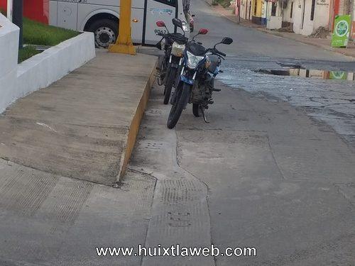 Motociclista de compartamos choca con vehículo en Huixtla