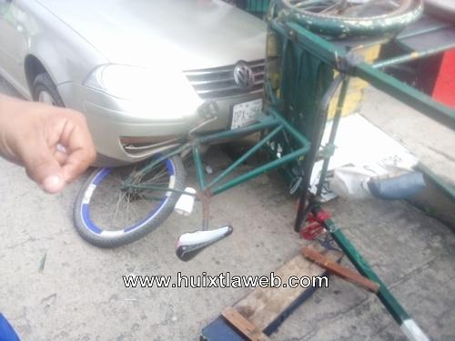 Ebrio conductor arrolla triciclo en Huixtla