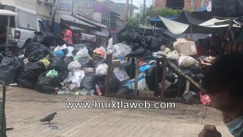 Ciudadanos convierten en basurero entrada al mercado Huixtla