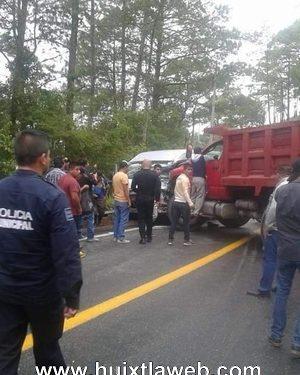 Ocho lesionados al chocar colectivo y volteo, carretera Huixtla Motozintla