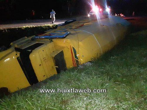Camión de alto tonelaje vuelca por fallas mecánicas en Mapastepec