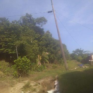 A punto de caer poste de la CFE en villa Comaltitlán