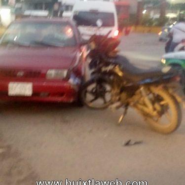 Motociclista lesionado al chocar contra vehículo