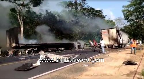 Chocan tráiler en Pijijiapan mueren calcinados ambos conductores