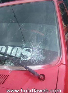 Enfermo mental apedrea vehículo en Huixtla