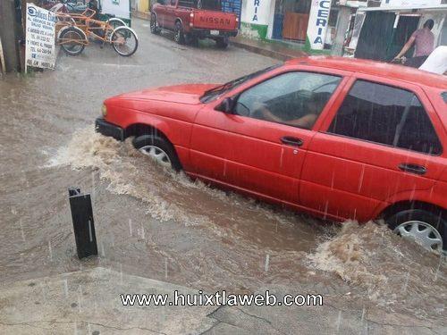 Fuerte aguacero inunda las calles de Huixtla