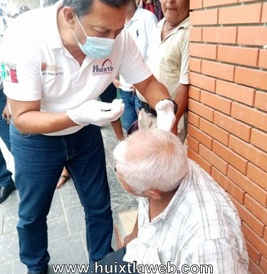 Dos lesionados al volcar triciclo en centro de Huixtla
