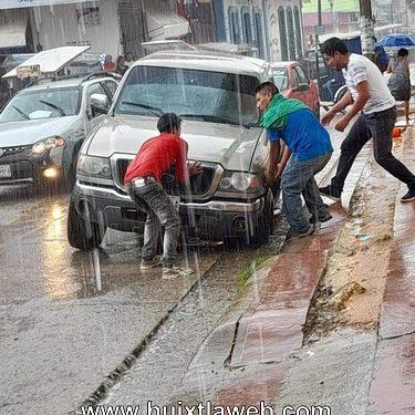 Auto cae en tremendo hoyo en centro de Huixtla