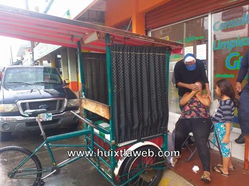 Una persona lesionada al volcar triciclo en centro de Huixtla