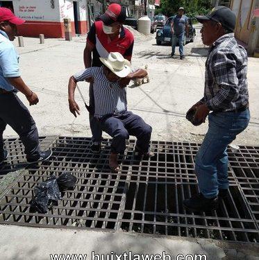 Rescatan a persona que cayó en un dren en Motozintla
