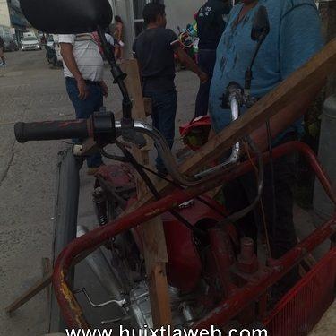 Nissan arrolla a moto triciclo en Huixtla