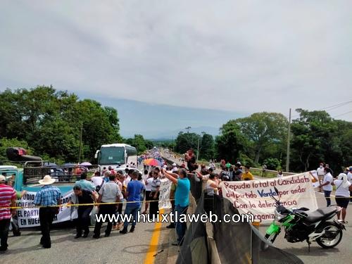 Huehuetecos bloquean carretera, exigen justicia por actos de sangre y resultado electoral