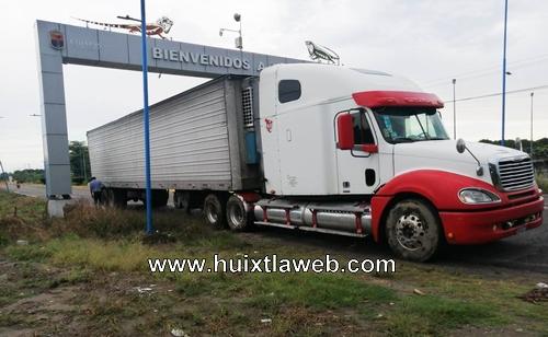 Camión daña alumbrado público en Mazatán