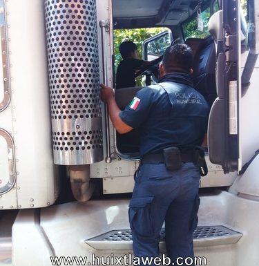 Trailero provoca daños en cableado en Tuzantán