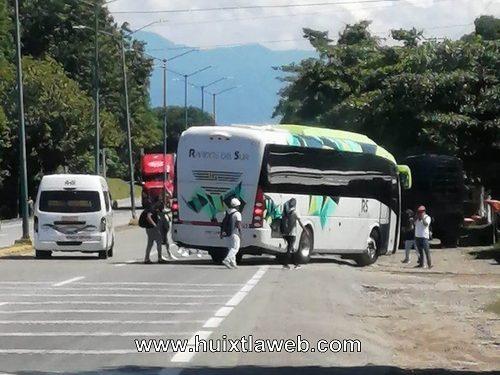 Estudiantes normalistas retienen autobús en Huehuetán