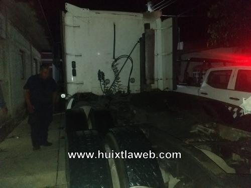 Ladrón detenido dentro de un tráiler en Huixtla
