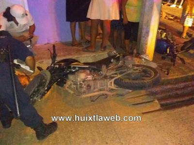 Motociclistas lesionados al chocar en Tuzantán