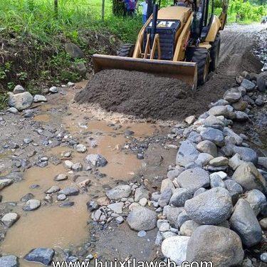 Realizan el revestimiento de camino Saca Cosechas en Comaltitlán