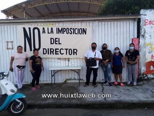 Padres de familia cierran escuela rechazan  imposición del nuevo director, en los milenios de Huixtla