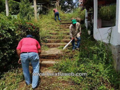 Funcionarios del ayuntamiento se suman a la limpieza del Panteón Municipal de Comaltitlán