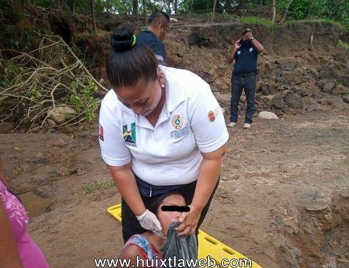 Mujer sufre desmayo en la carretera